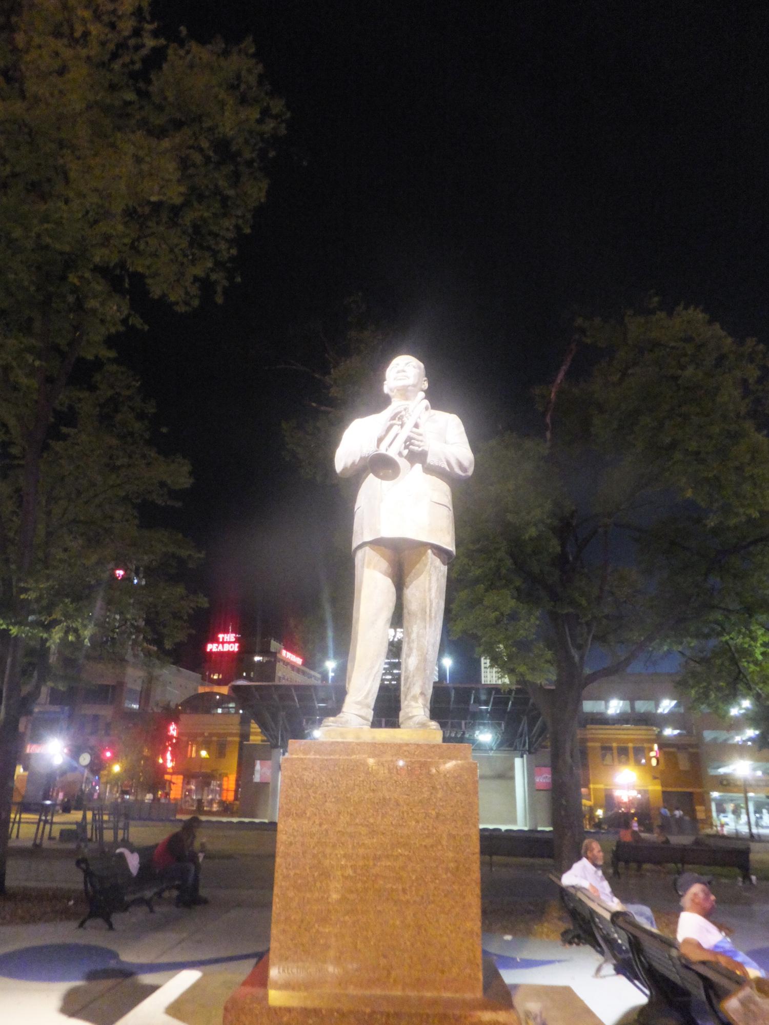 Memphis by night avec la statue de W.C. Sandy qui s'était autoproclamé «le père du blues»