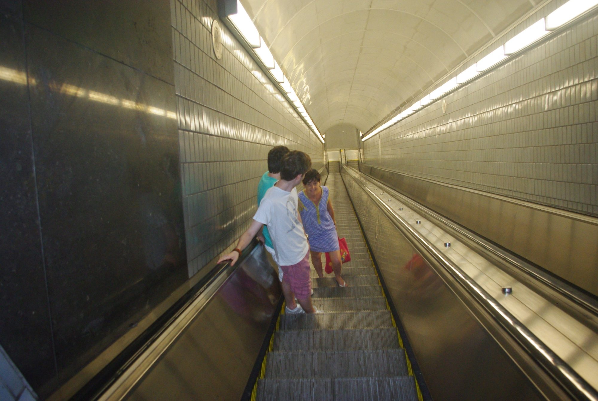 Tout est grand même les escalators du métro