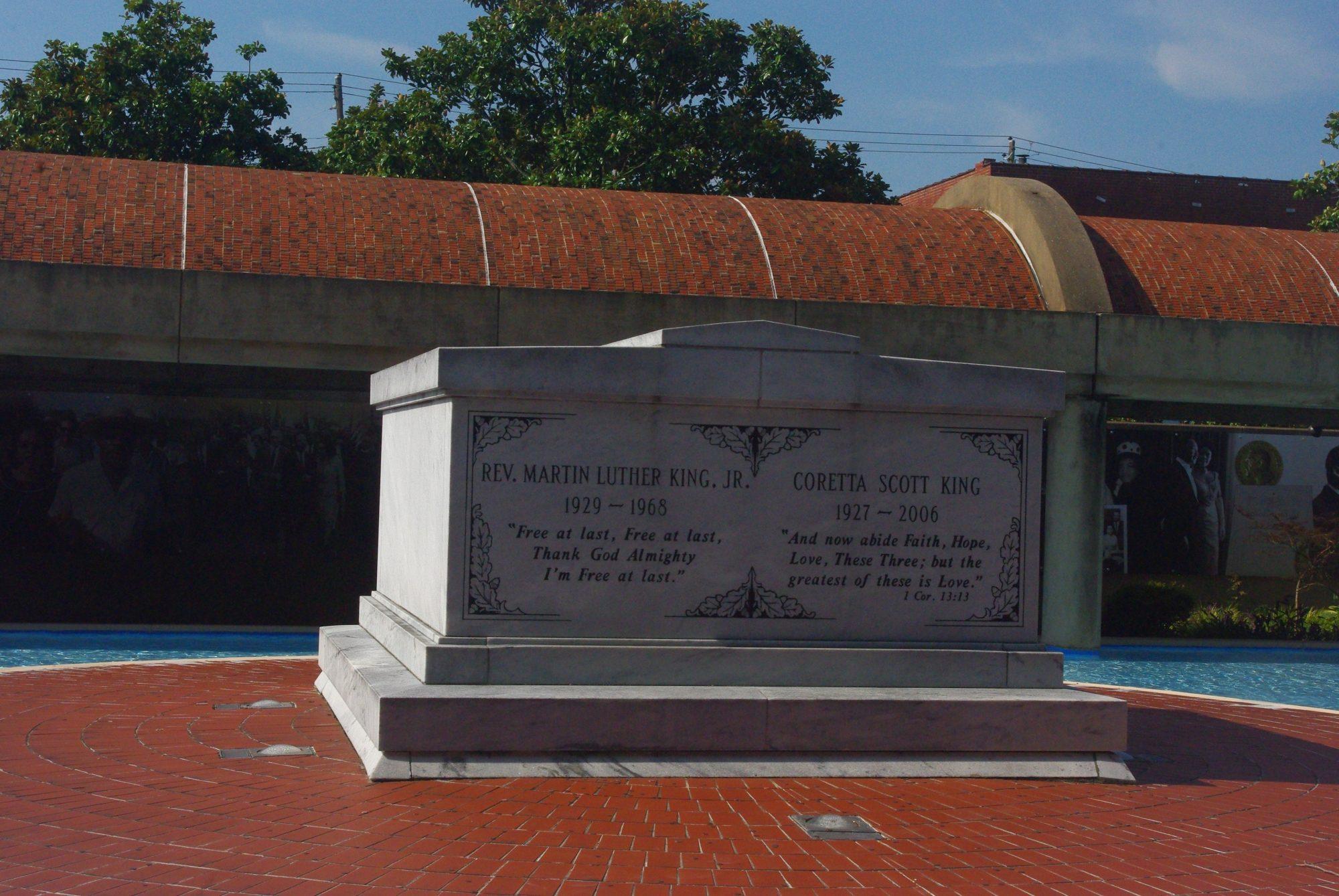 La tombe de Martin Luther King assassiné à Memphis et revenu pour son dernier voyage dans sa ville de naissance.