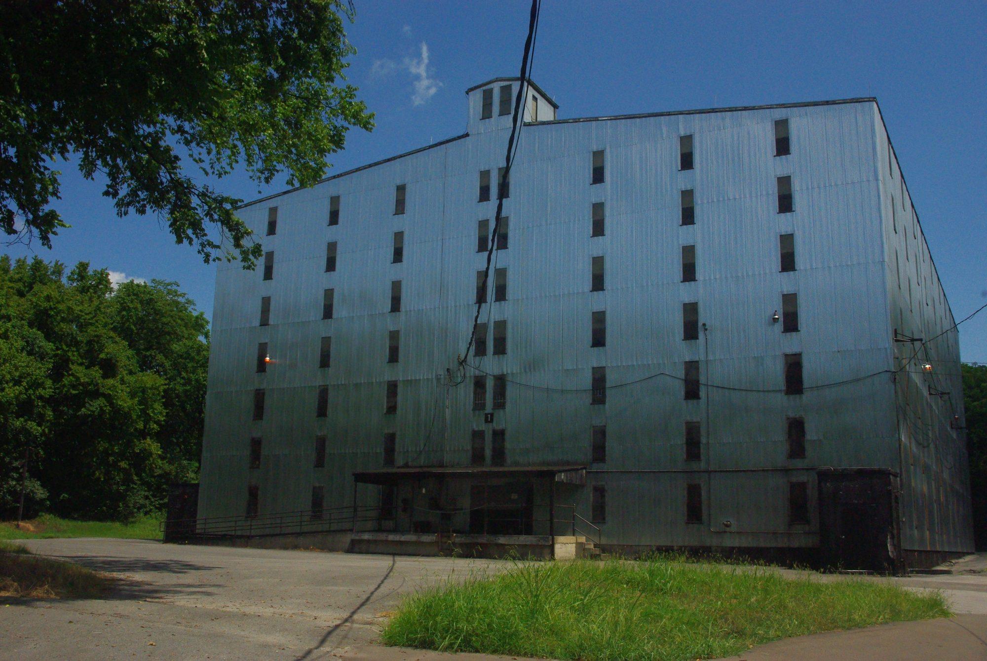 """Le barrelhouse, lieu de vieillissement du whiskey (7 ans). Ce bâtiment contient plus de 3 millions de litres du fameux breuvage. On distingue 4 niveaux. Les 2 supérieurs sont pour les single barrels (tonneaux uniques), l'étage en dessous est pour la qualité """"Gentleman Jack"""") puis le bas pour le whisky plus classique."""