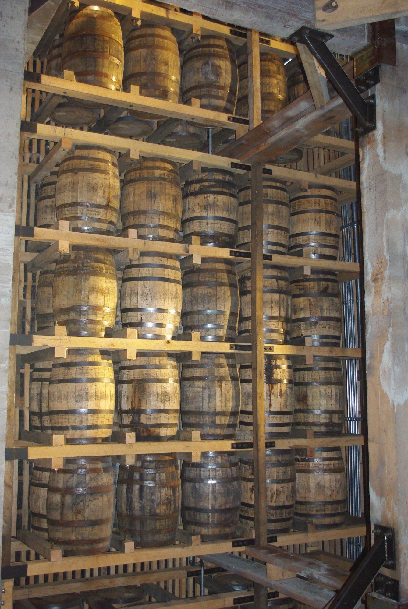 Les futs sont en chêne américain et ne servent qu'une fois. Ils sont ensuite envoyés en Écosse ou à la fabrique de Tabasco