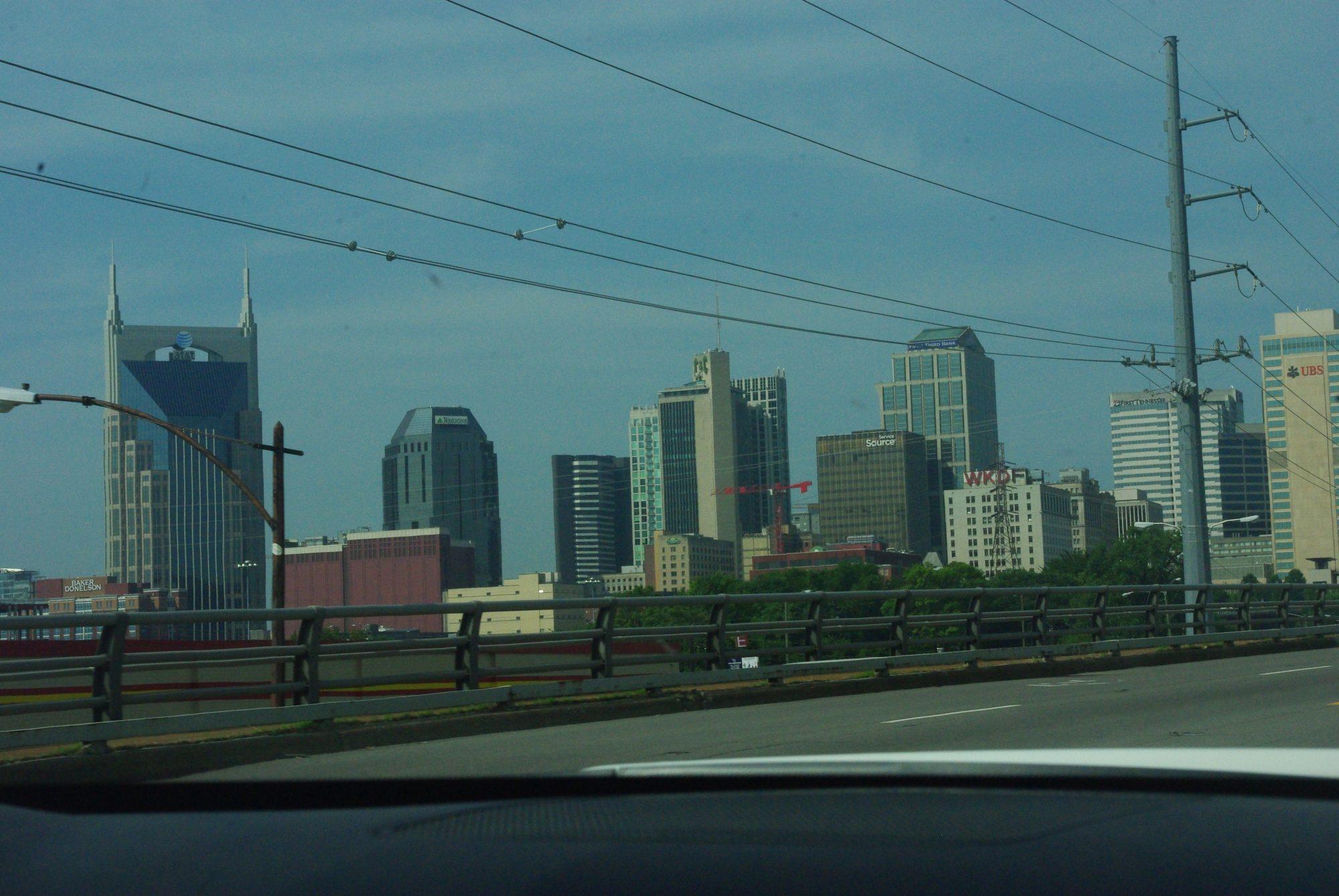 """L'arrivée à Nashville avec l'immeuble """"Batman"""" à gauche"""