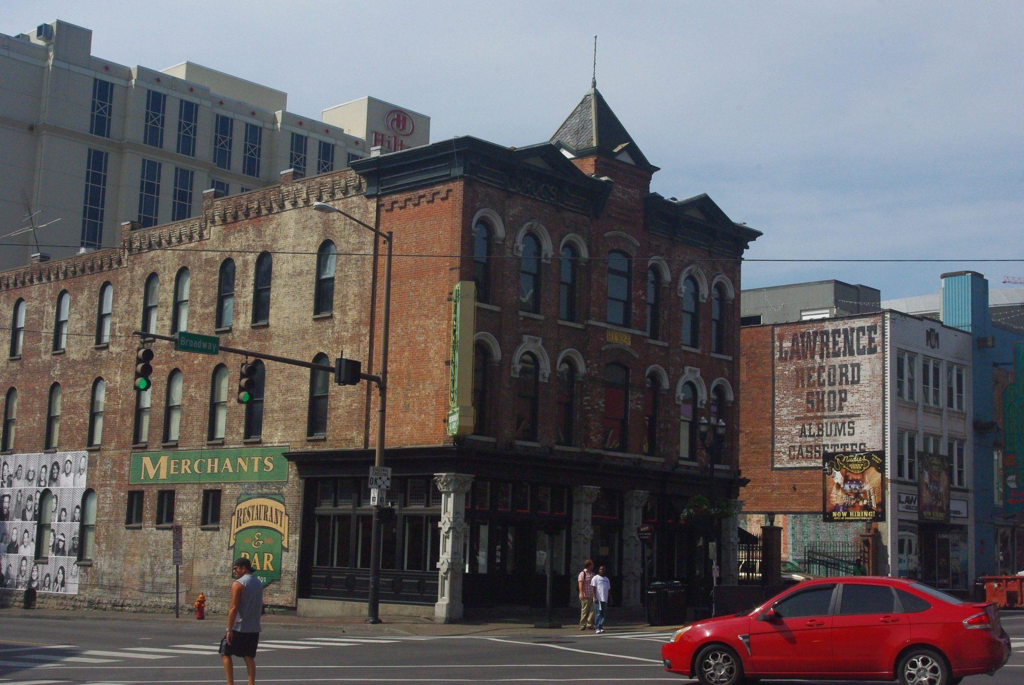 La rue est sympa car il y a encore beaucoup de vieux immeubles en briques qui donne un air des années 20