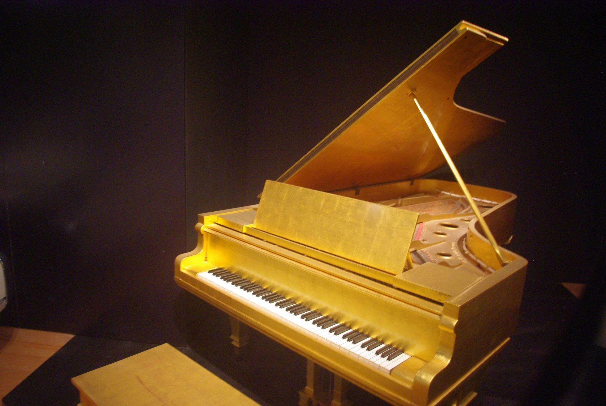 Et son piano en (feuilles d') or 24 carats offert par Priscilla pour leur 1er anniversaire de mariage