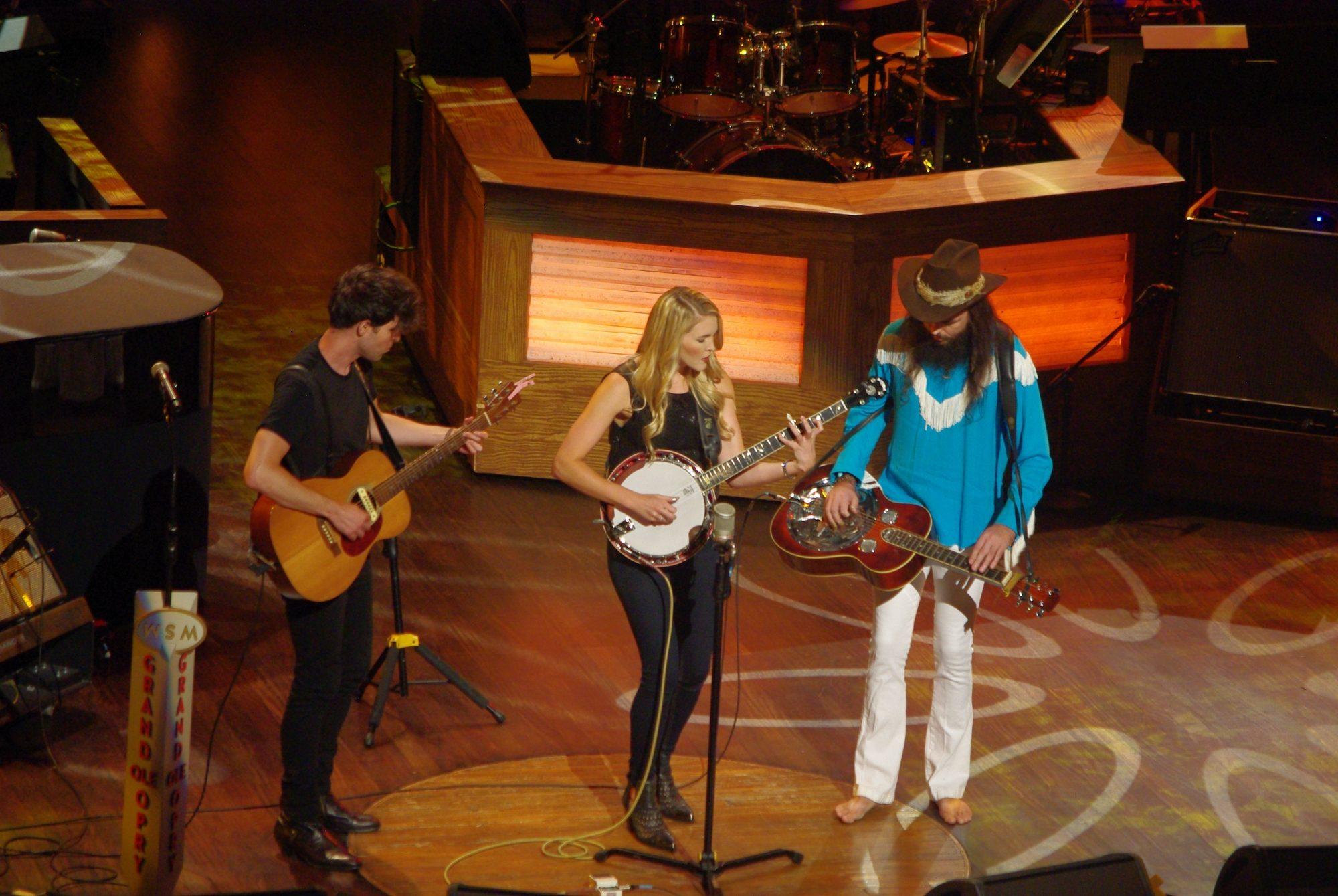 Un trio chouette. Au passage notez le guitariste slide aux pieds nus