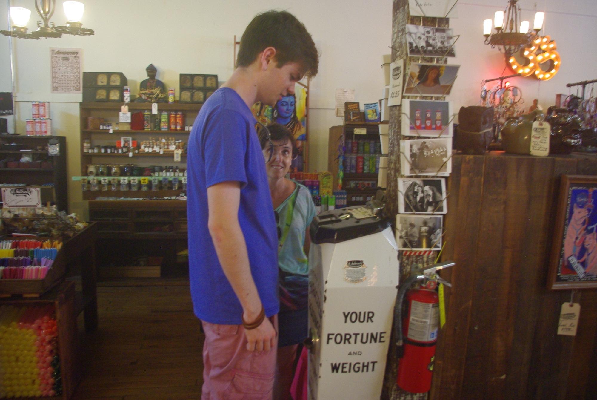 Chez Schwab, boutique historique depuis 1876. Joujoux, objets vaudous, disques, livres ... on y trouve de tout.