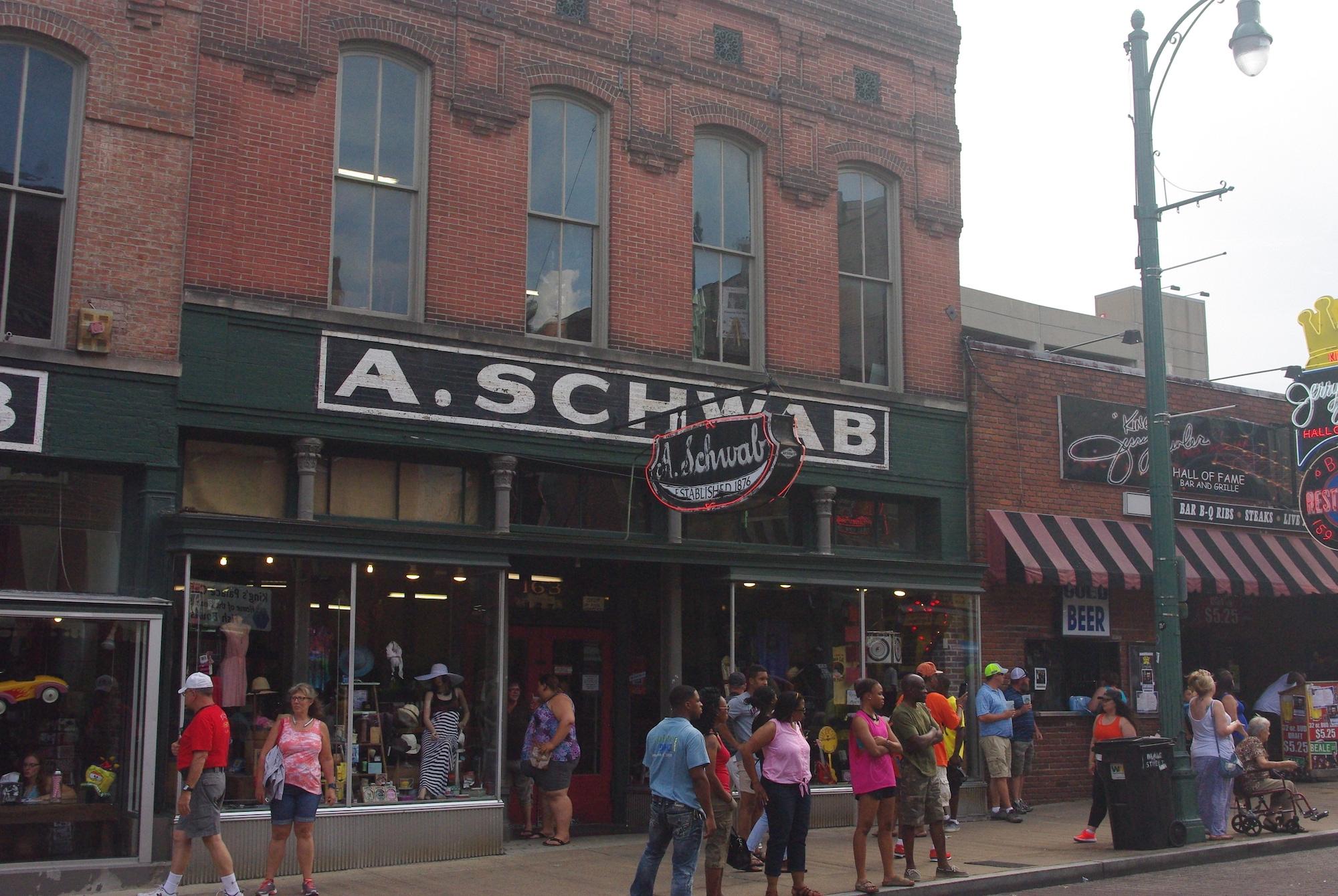 """Le magasin historique avec la devise de la maison : """"Si vous ne pouvez pas le trouver chez Schwab, vous êtes mieux sans"""""""
