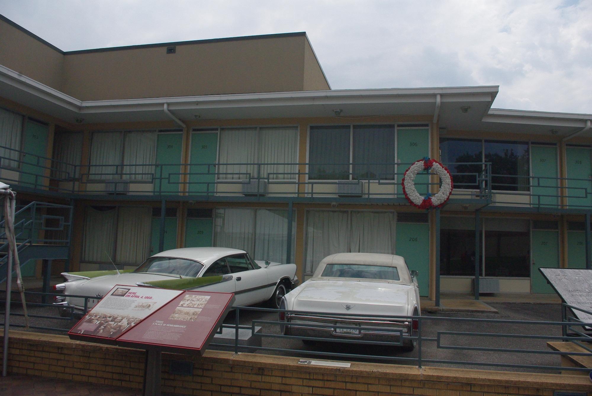 La chambre 306 (avec la couronne) et le balcon où MLK a été tué. Les voitures étaient garées là à l'époque