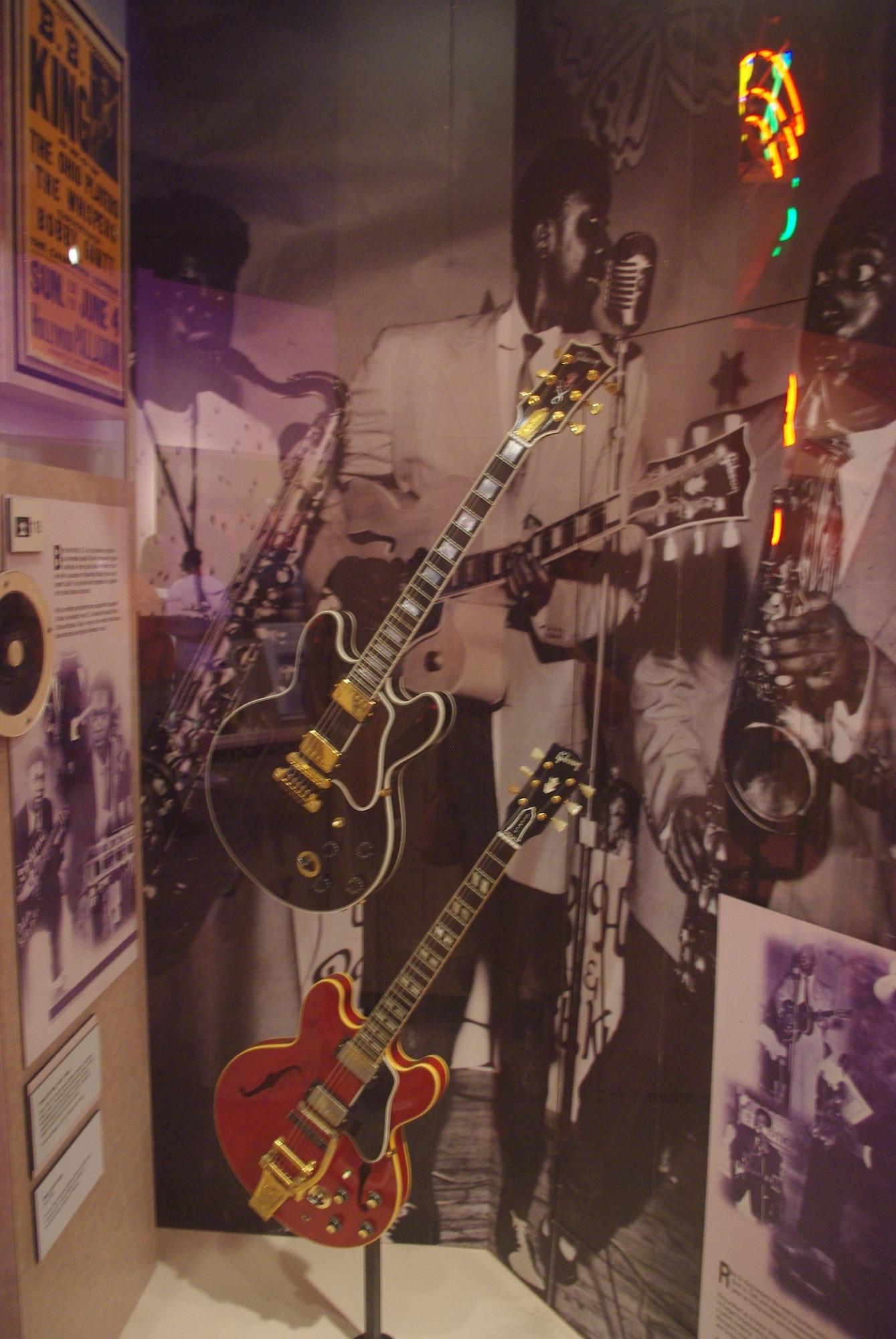 Une version de Lucille (en haut), la guitare de BB King