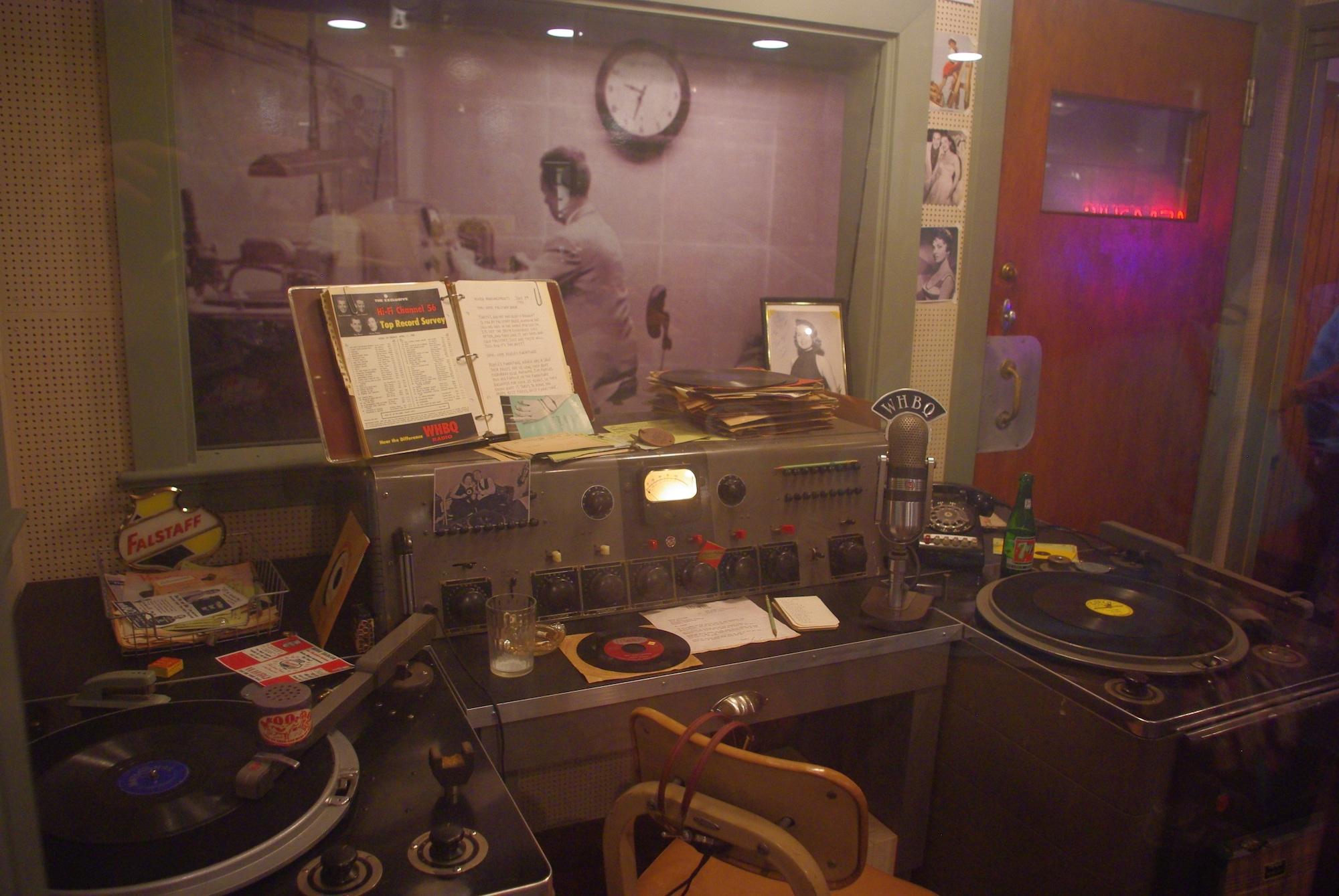 """Après avoir enregistré le morceau d'Elvis """"That's alright mama"""", le disque a été envoyé à la radio WHBQ où officiait Dewey Phillips (ne pas confondre avec Sam). Le disque est passé 12 fois en 2 heures suite aux appels des auditeurs"""
