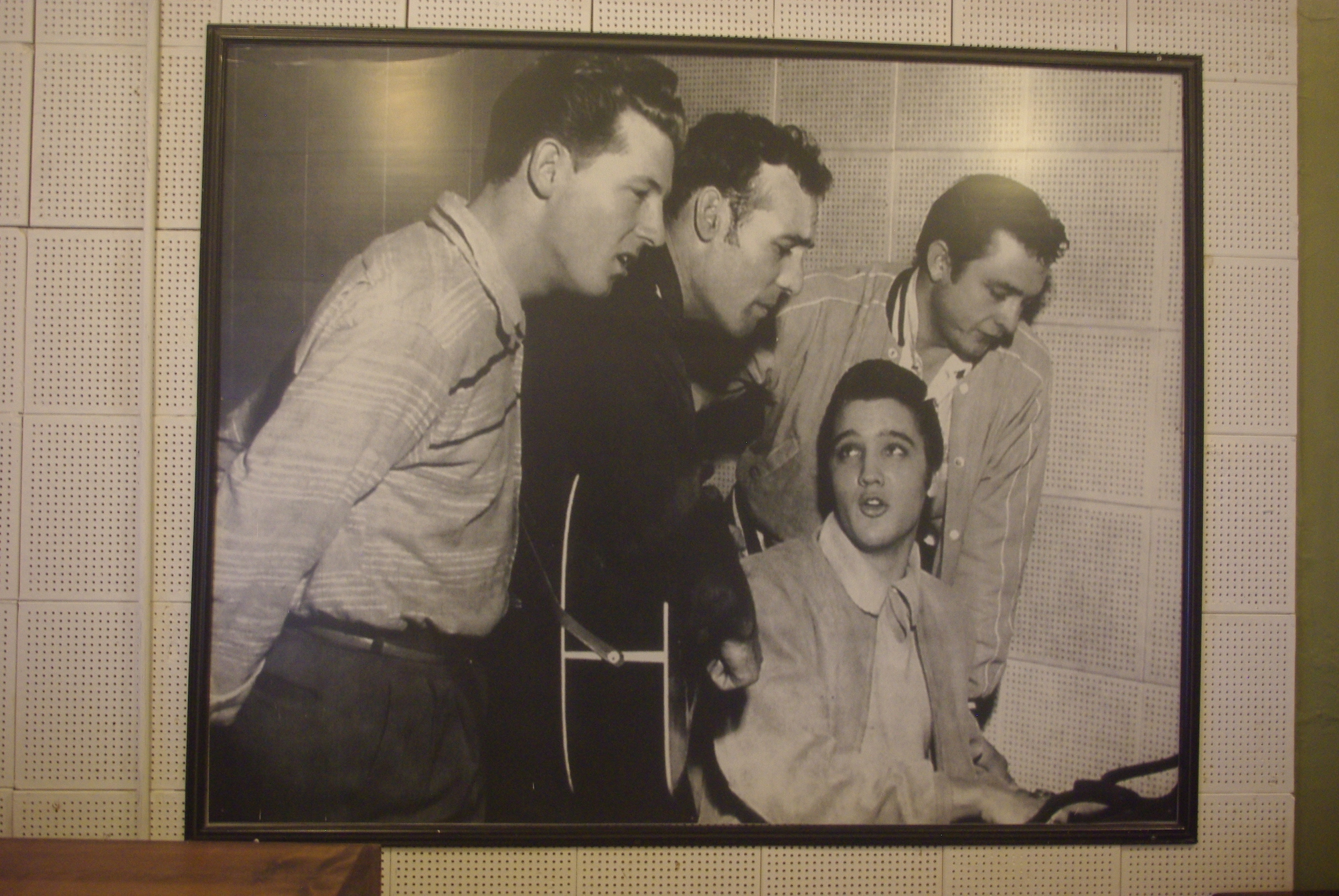 "The million dollar baby. De gauche à droite Jerry Lee Lewis, Carl Perkins, Elvis Presley et Johnny Cash. Ils ont fait la ""fortune"" de Sam Phillips"