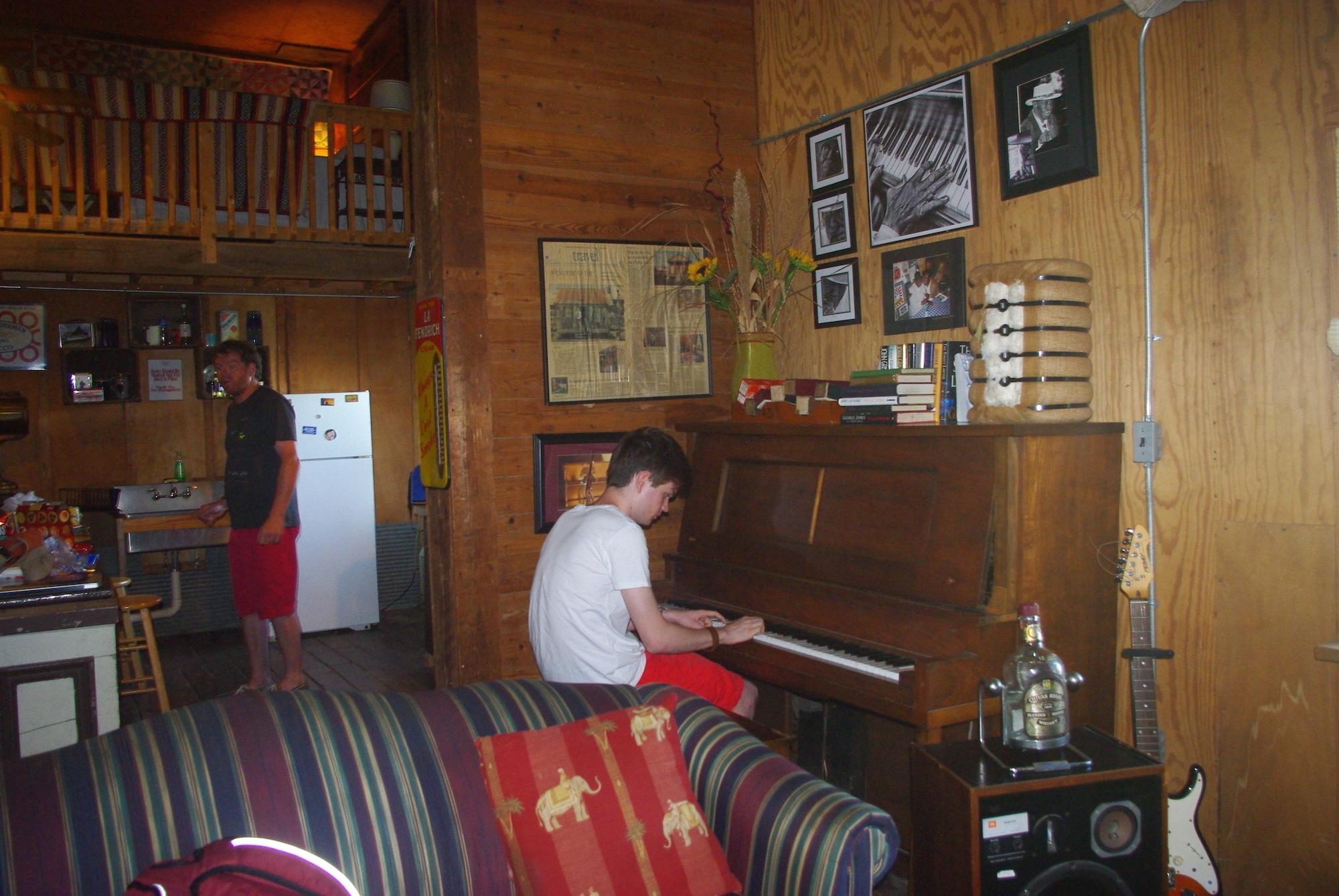 L'intérieur de notre location. Tout pour improviser un petit concert