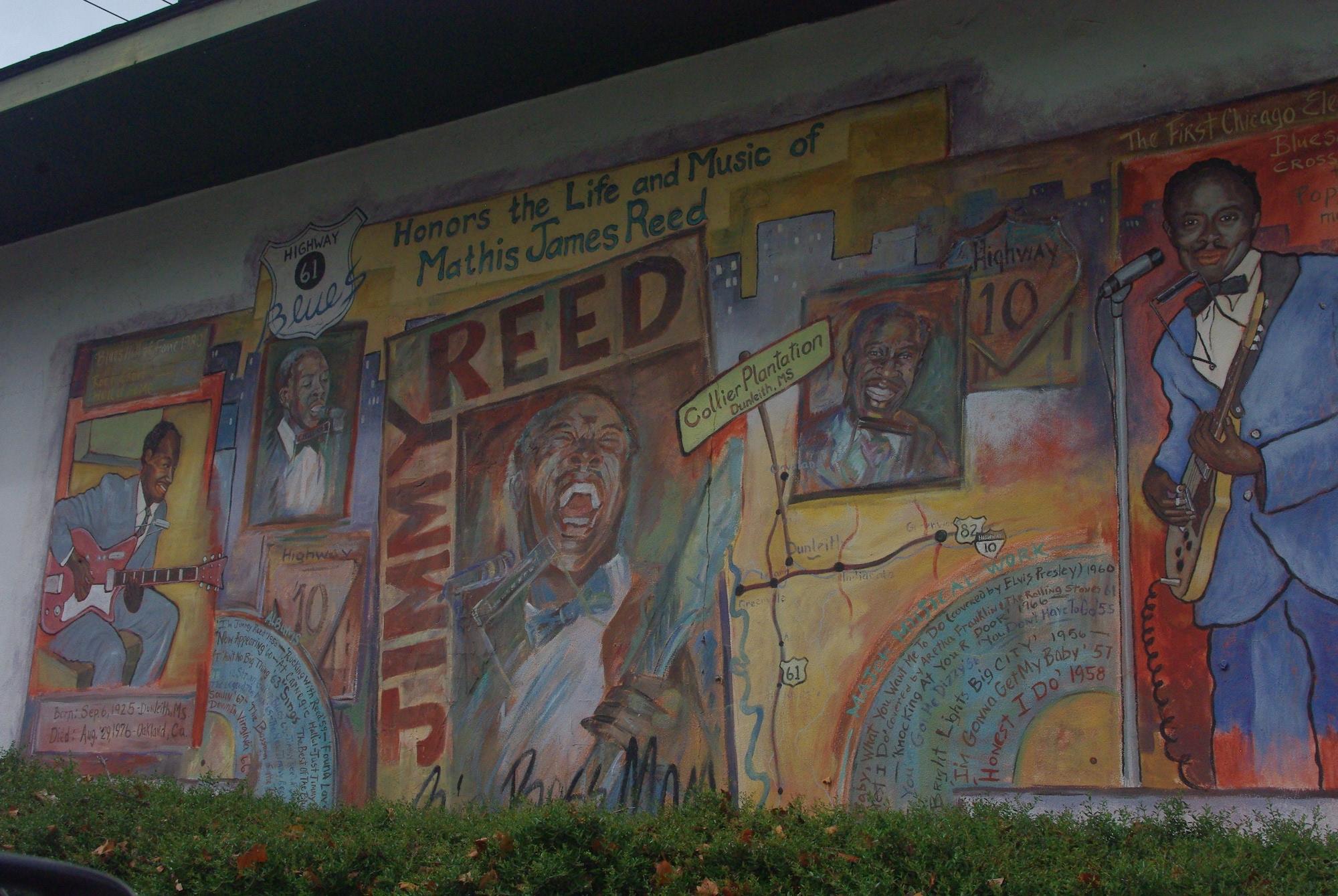 La ville se distingue aussi par ses peintures murales dédiés (devinez!) aux bluesmens