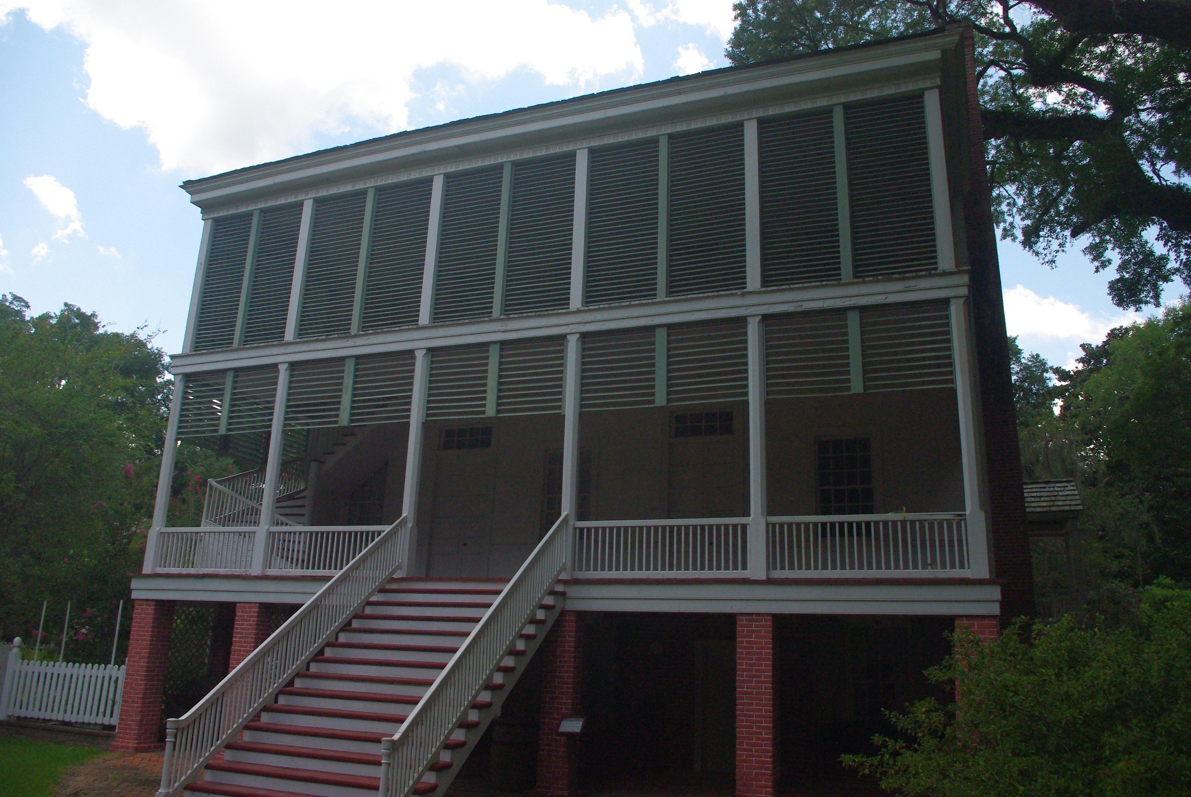 La maison principale à 3 étages donc la dernière est fermée par des lattes à 45° pour laisser passer l'air
