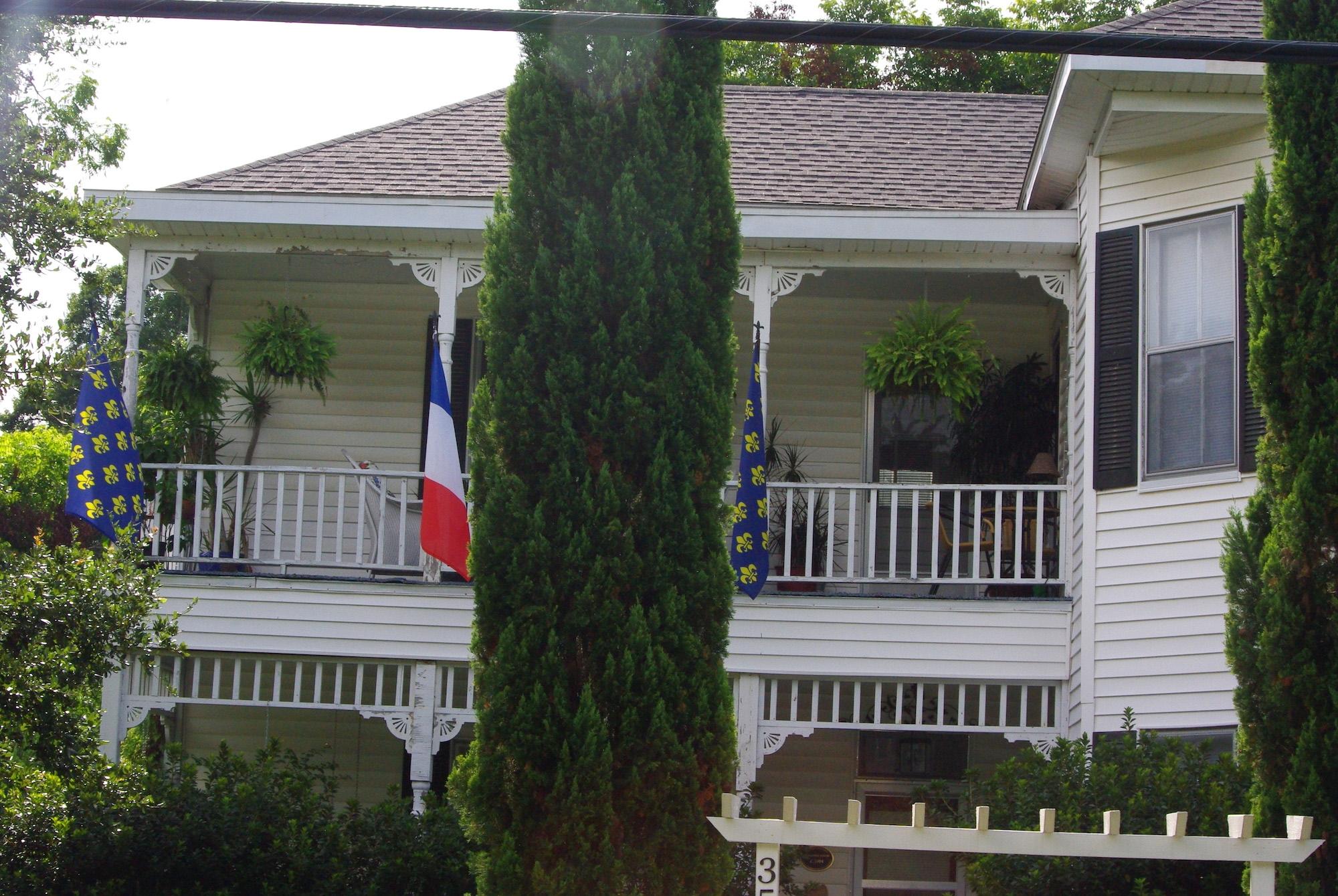 Notre location. Drapeaux royalistes et français