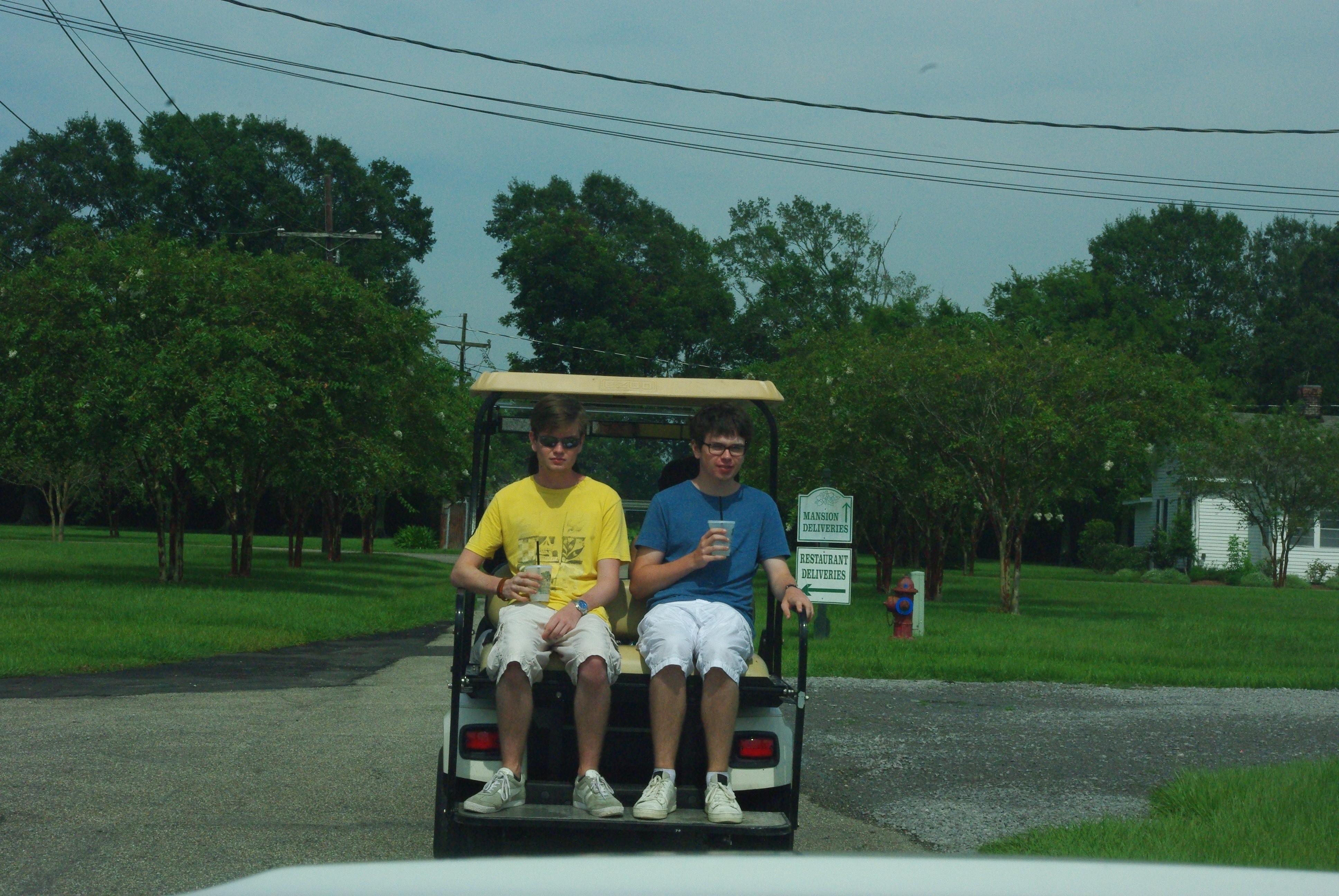 Arrivée à la plantation avec un petit tour en voiturette de golf. Celle ci peut monter jusqu'à 30 km/h