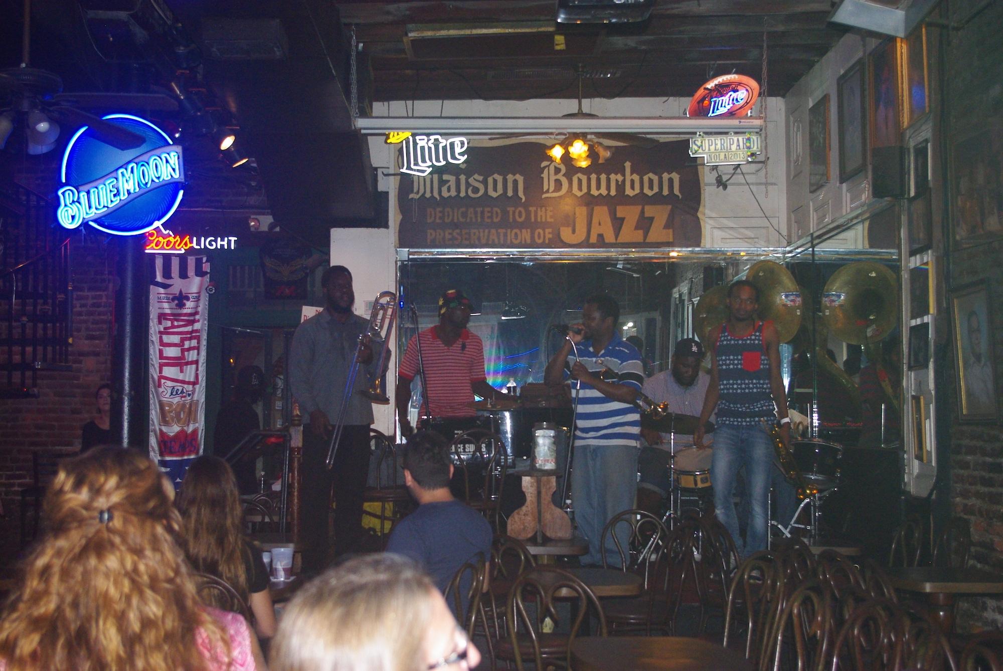 Du jazz et plein d'autres musiques sortent de partout. Le week end est proche. Ça va chauffer