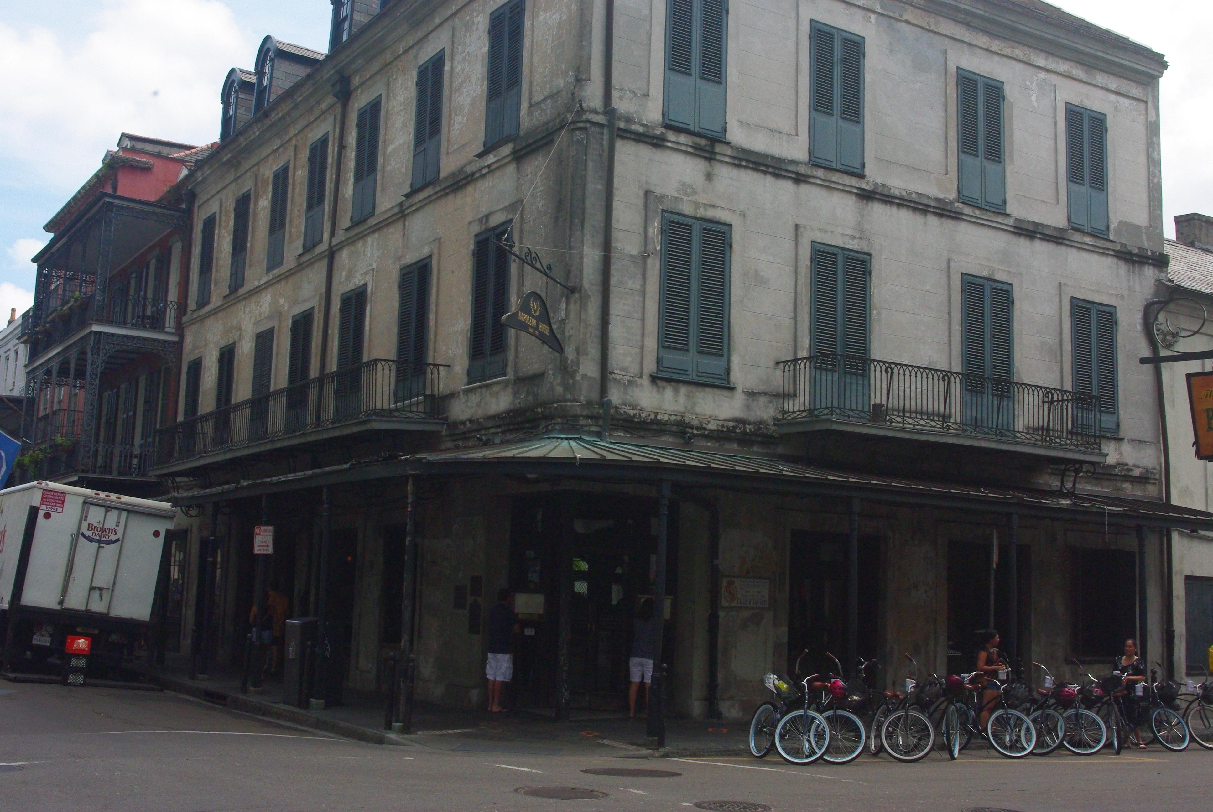 Cette maison avait été réservée par la ville pour Napoleon. Malheureusement il est resté à St Hélène et n'a pu en profiter