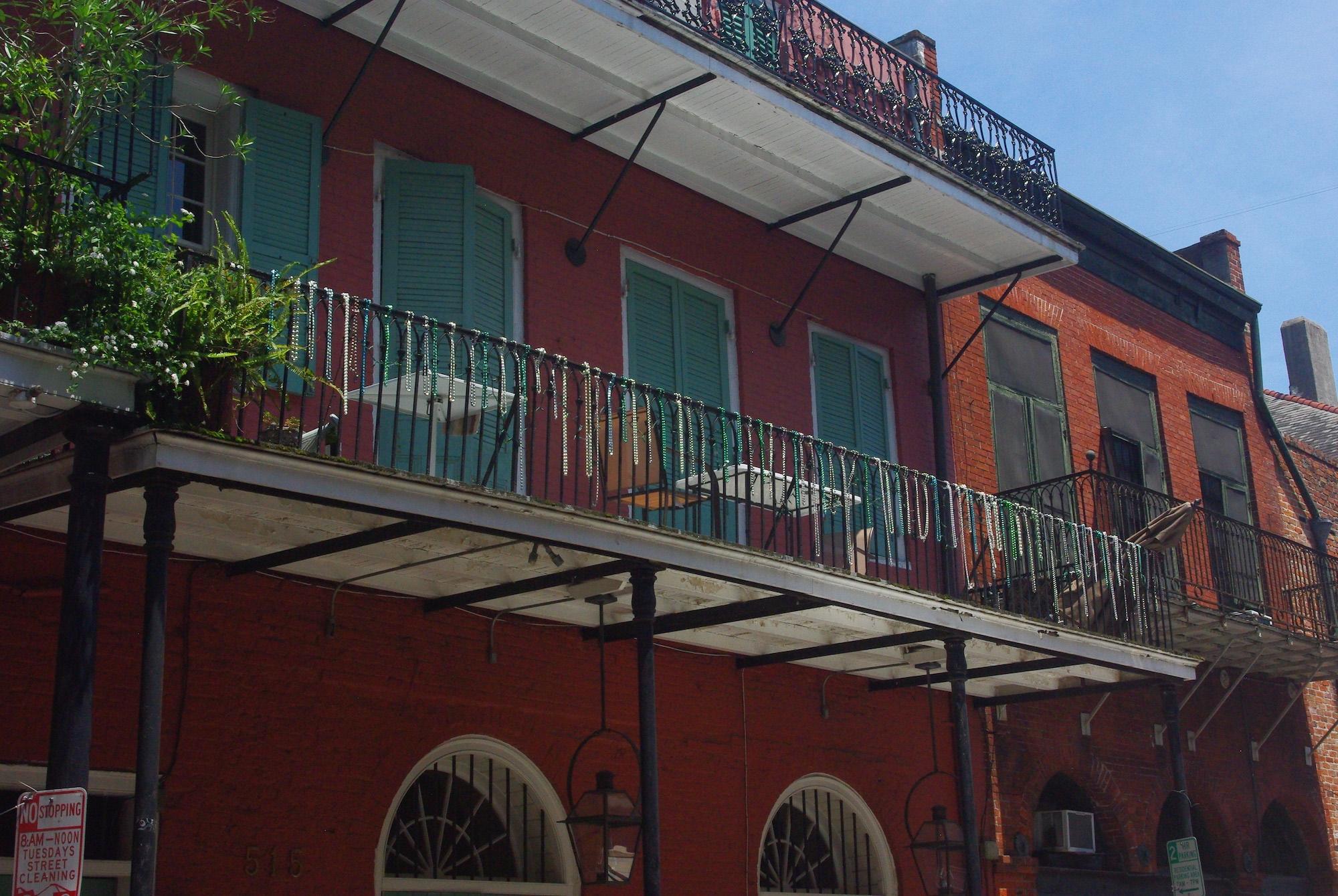Les colliers de mardi gras accrochés au balcons