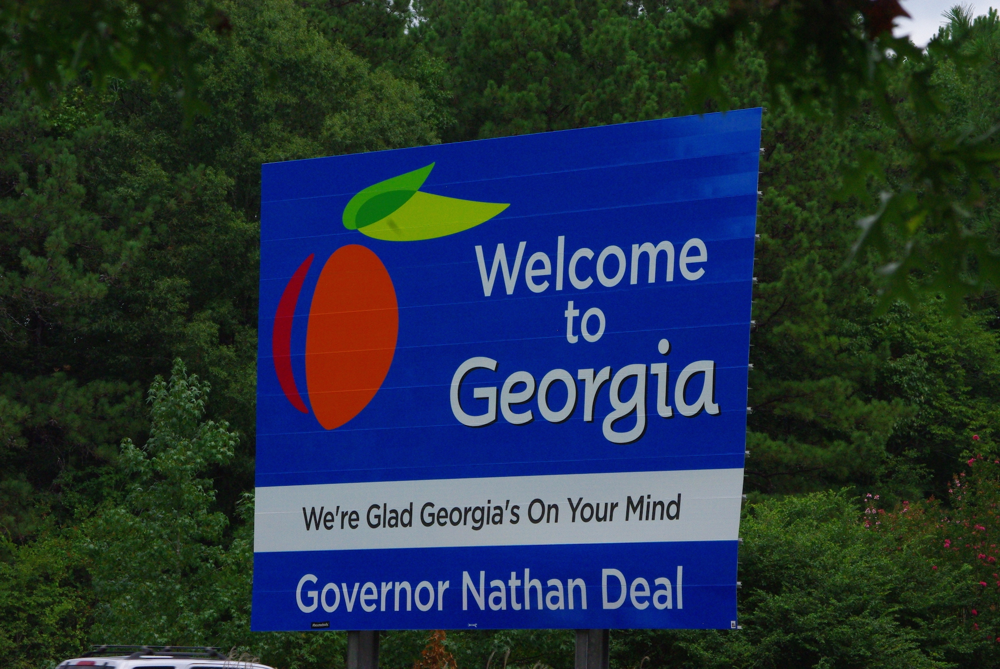 Georgia, l'état des pêches. Le slogan rappelle aussi la chanson de Ray Charles qui avait quand même été banni des lieux avant d'être de nouveau célébré